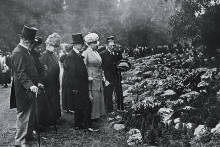 Queen Mary with a group at the show in 1913
