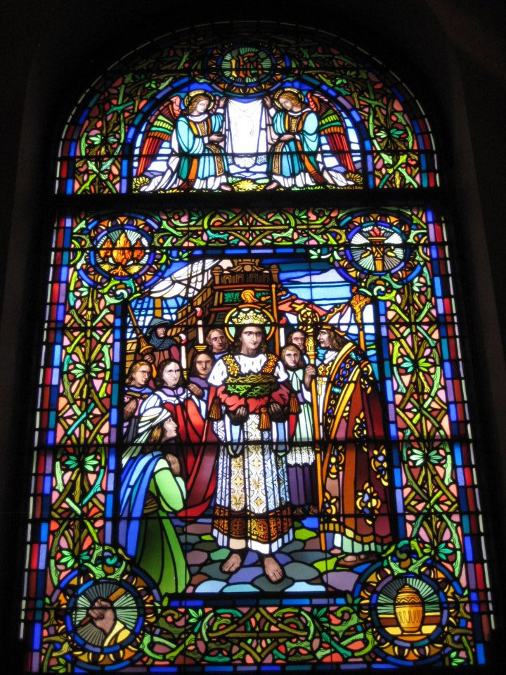 A stained glass in Illinois of St. Louis carrying the Crown of Thorns.