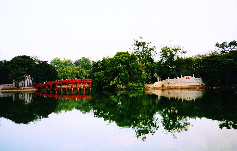 Sword Lake in Hanoi. Photo by Benoît Prieur (Agamitsudo) - CC-BY-SA.