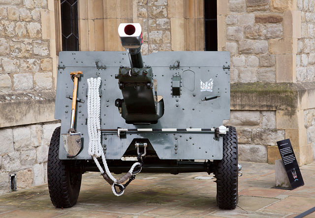 A British 25 pounder from 1943 at the tower of London. It served as a saluting gun for the Honourable Artillery Company until 2001. Photo by MatthiasKabel.