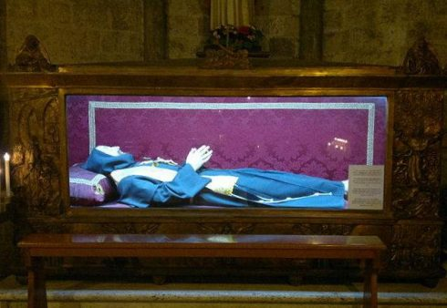 The Incorrupt body of Blessed Conrad of Ascoli in the Church of San Francesco in Ascoli Piceno, Italy. Photo by Revares.